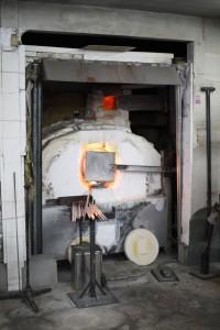 この炉からガラスの種を取り出します
